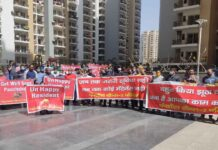 panchsheel-society-residents-protest-against-builder